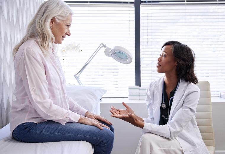 Doctor%20speaking%20to%20female%20patient%20